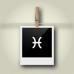 Sofortbild mit Symbol an Wäscheleine - Fisch