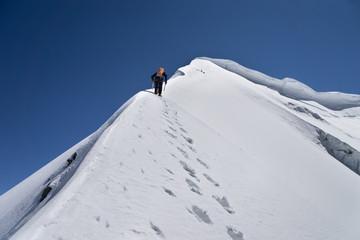 Bergsteiger klettert Firngrat oder Eiswand, Piz Palü via Ostpfeiler, Kuffnerpfeiler, in Bernina
