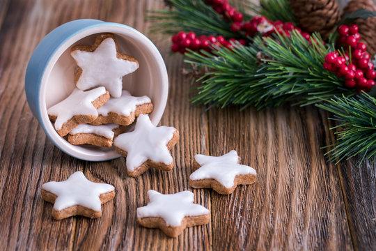 Eine Schale voll Zimtsterne auf weihnachtlichem Holztisch