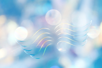 Leuchtend stilisierte Engelsflügel in himmlischem Lichterfeld
