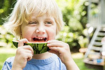 Junge mit Melone