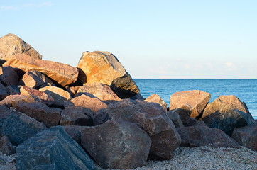 Fotomurais - stone beach on the sea shore. blue sky horizon.
