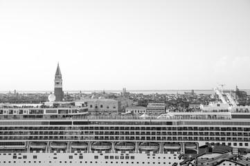 nave da crociera in primo piano e Venezia sullo sfondo