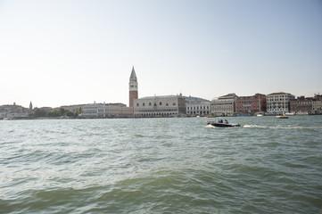 laguna di Venezia con motoscafo