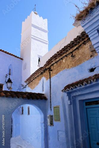 Blaue Häuser blaue häuser gasse und moschee in chefchaouen marokko stock photo