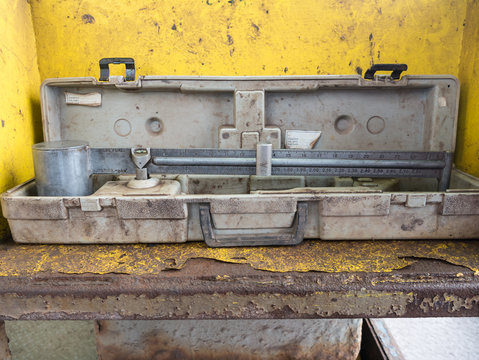 Dirty mud balance used for measuring mud weight of drilling fluid coming over the shale shaker