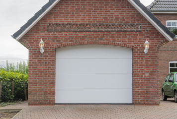 Große Garage mit weißem Tor
