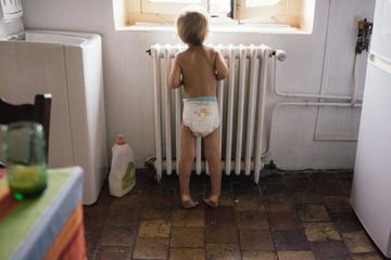 bébé en couche dans la cuisine
