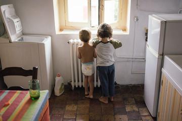 Petits garçons dans la cuisine