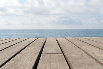 leerer Holzboden mit Meer im Hintergrund