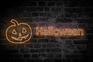 Halloween Schriftzug mit Kürbis vor einer dunklen Wand