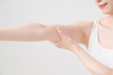 セルフマッサージをする女性、二の腕、腕