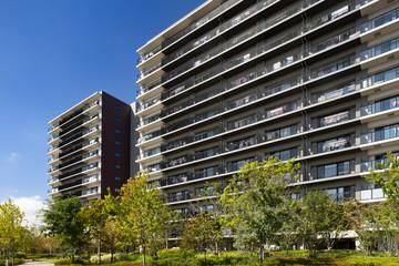 Fototapete - 緑に囲まれたマンション