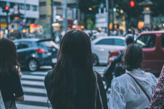 交差点で待つ人々