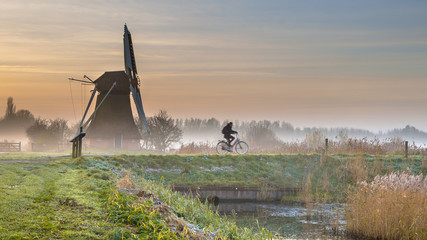 Cyclist in early morning landscape Fototapete