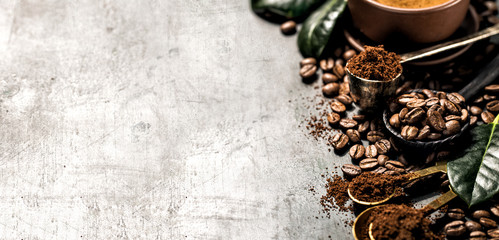 Composition of grained and whole coffee
