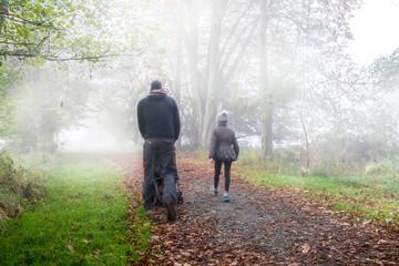 Spazieren gehen im Herbst Wald