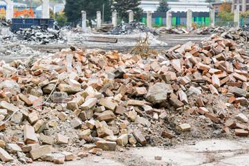 Ziegelsteine auf einer Abriss-Baustelle