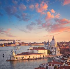 Widok z lotu ptaka Wenecji laguny Bazylika Najświętszej Maryi Panny Zdrowia o zachodzie słońca