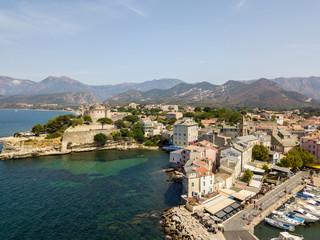 Vista aerea del paese di Saint Florent, Corsica. Francia. Porto barche e case