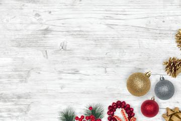 Decoración navideña sobre mesa de madera blanca