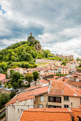 Vue sur la statue Notre-Dame de France sur le rocher Corneille au Puy-en-Velay