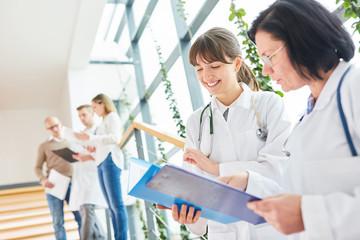Junge Ärztin in der Ausbildung bespricht Therapie