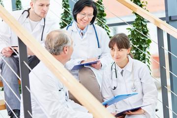 Erfahrene Ärzte und junge Ärzte in Ausbildung