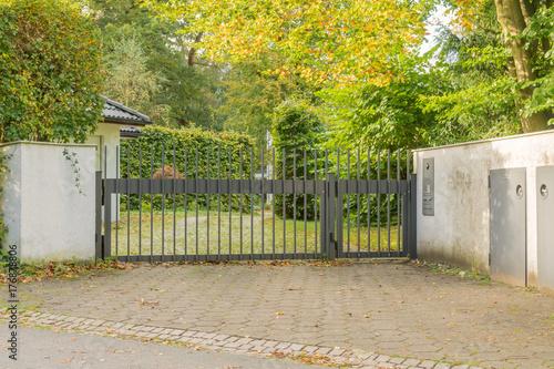 Moderne Einfahrt Mit Automatischem Zaun Stock Photo And Royalty