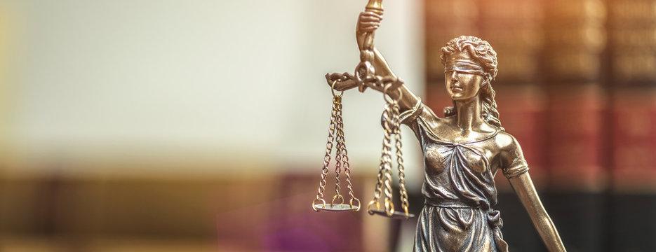Justitia Figur - Personifikation der Gerechtigkeit in Anwalts Büro Raum