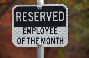 """Schild mit englischer Aufschrift, übersetzt: """"Reserviert - Mitarbeiter des Monats"""""""
