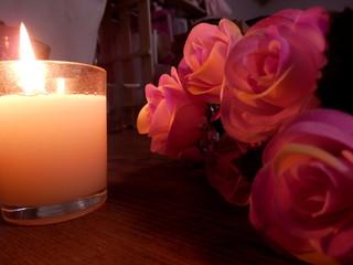 キャンドルと薔薇の花束