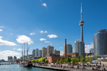 Photo sur Plexiglas Toronto People enjoying beautiful sunny afternoon near lake Ontario in Toronto