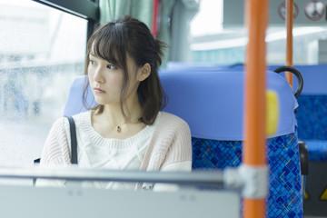 バスの乗っている女性