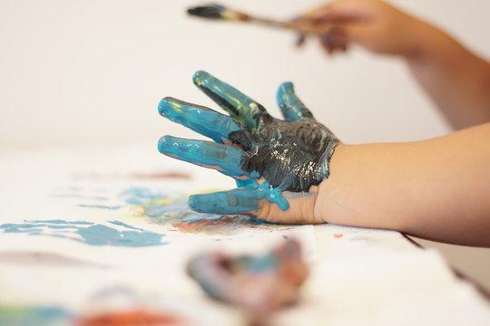 mano con pintura