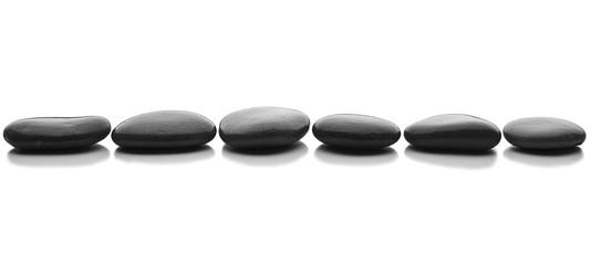 fila de piedras en fondo blanco