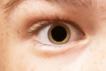 глаза человека с расширенными чёрными зрачками