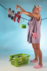 Hausfrau hängt Schuhe zum Trocknen auf
