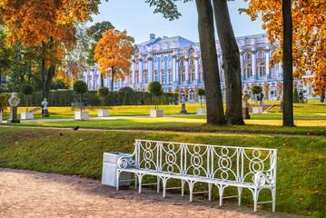 Екатерининский дворец и скамейка Catherine Palace and bench