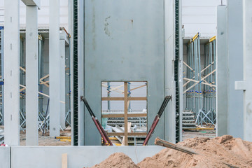 Baustelle mit konstruktiven Betonfertigteilen