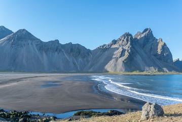 Vista de la preciosa playa de arena negra de la Península de Stokksnes en Islandia