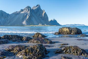 Preciosa playa de arena negra en la península de Stokksnes en Islandia