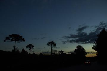 Céu mudando de cores no campo