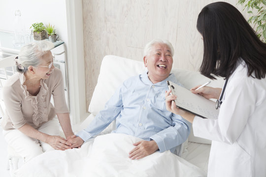 A female doctor is talking about the test results to an elderly patient