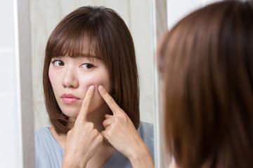 鏡・頬のニキビ