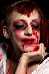 Blutverschmierte Frau