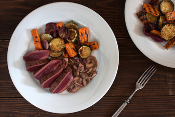 Photo sur Plexiglas Autruche grilled rare ostrich steak with red wine and mushroom sauce and grilled vegetables