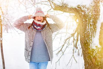 Frau im Schnee Spaß