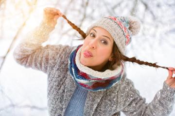 junge frau im schnee mit mütze