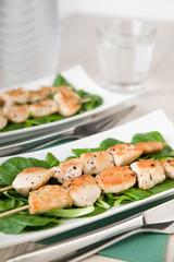 Spiess mit Hühnerfleisch und frischem Feldsalat